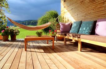 Raab Karcher Galabau Vor- und Nachteile von Terrassendielen aus Holz